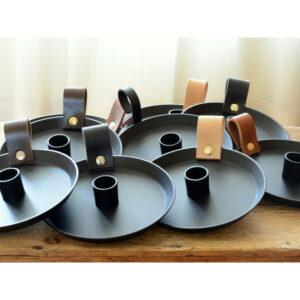 Samlingsbild metalljusstake med läderhandtag